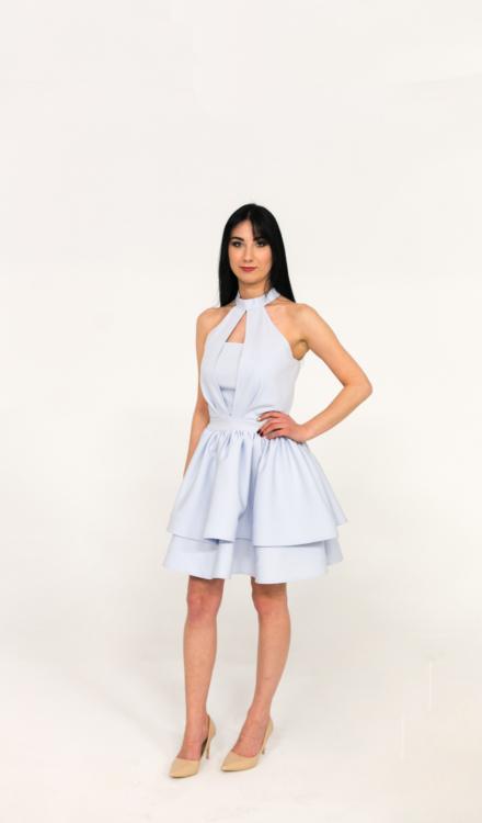 błękitna krótka sukienka z wiązaniem na szyi wycięta z koła rozkloszowana