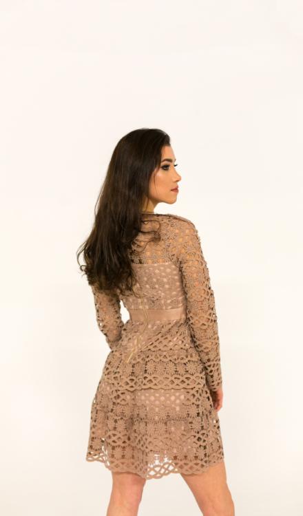 beżowa krótka sukienka z haftem z długim rękawem dopasowana