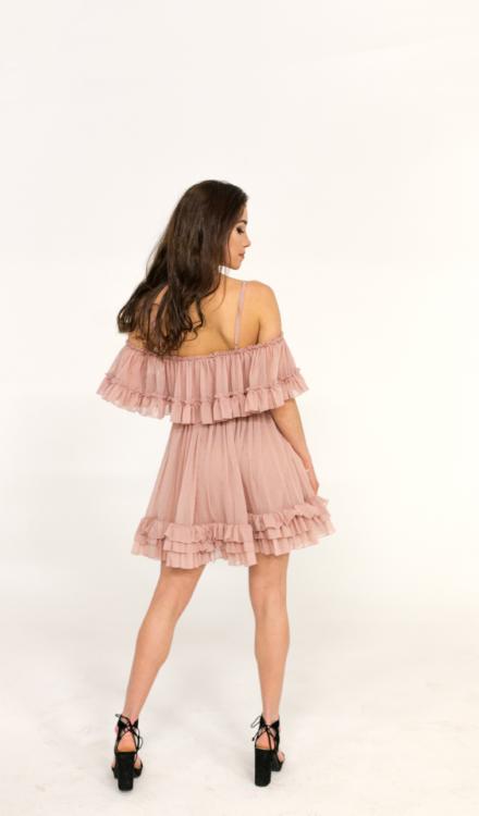 różowa krótka sukienka tiulowa z warstwami hiszpanka na ramiączkach