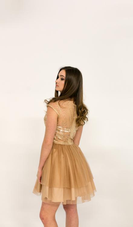 złota krótka sukienka z koronką z haftem tiulowa rozkloszowana z rękawkiem