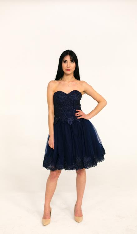 granatowa krótka sukienka gorserowana z wiązaniem na plecach z haftem z koronką