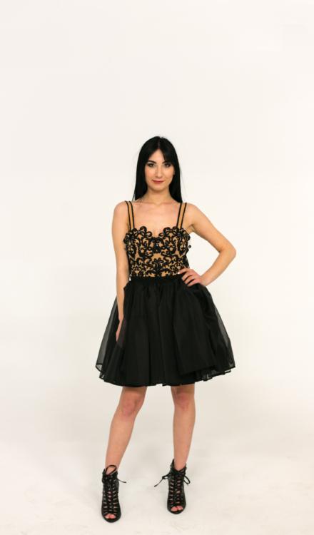 czarna krótka sukienka z tiulu na ramiączkach głęboki dekolt odkryte plecy
