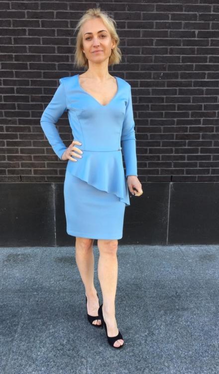 błękitna sukienka z długim rękawem z bastinką z dekoltem przed kolano dopasowana