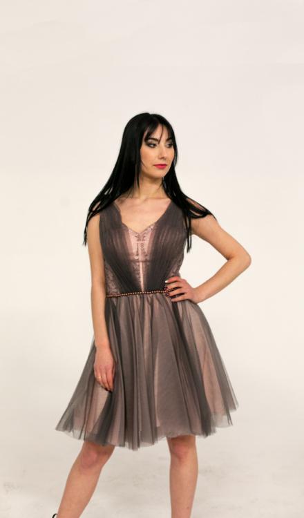 różowa sukienka krótka przed kolano z tiulem ozdobna taliowana
