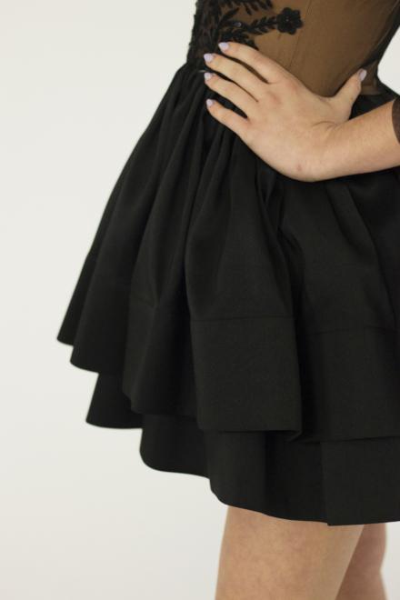 czarna dopasowana sukienka z długim rękawem krótka z hafrem rozkloszowana z szyfonu