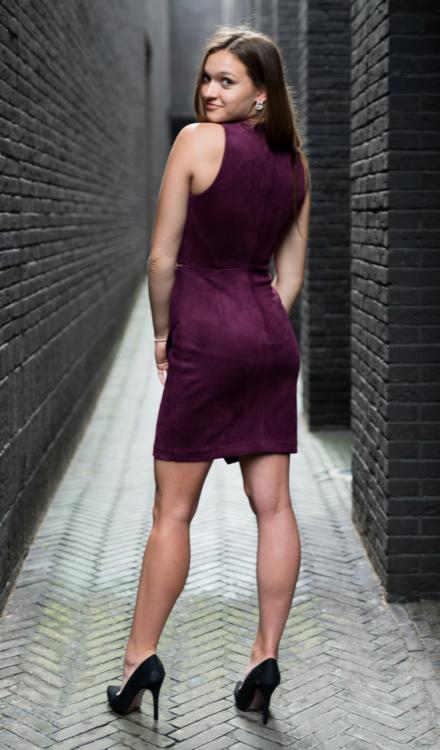 fioletowa krótka sukienka bakłażanowa