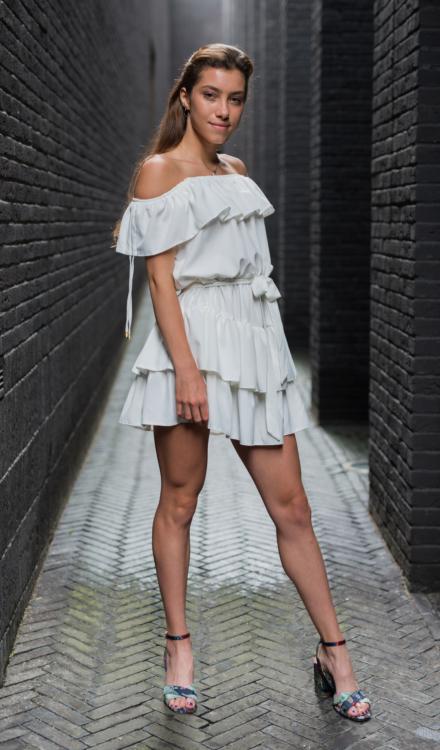 Biała sukienka hiszpanka z marszczeniami