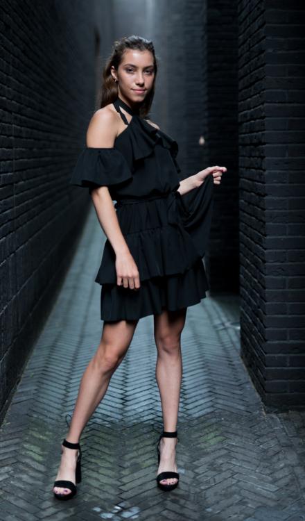 krótka czarna sukienka hiszpanka z wiązaniem na szyi