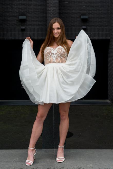 Tiulowa sukienka Janne biała z odkrytymi plecami na ramiączka