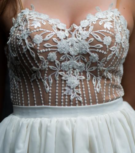 Sukienka Janne biała krótka na ramiączka z koronką